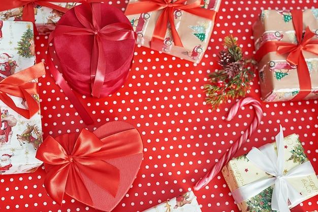包装紙が付いている上面図のクリスマスギフトボックス