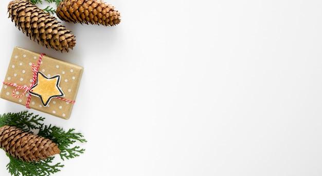 Vista dall'alto del regalo di natale con pigne e copia spazio