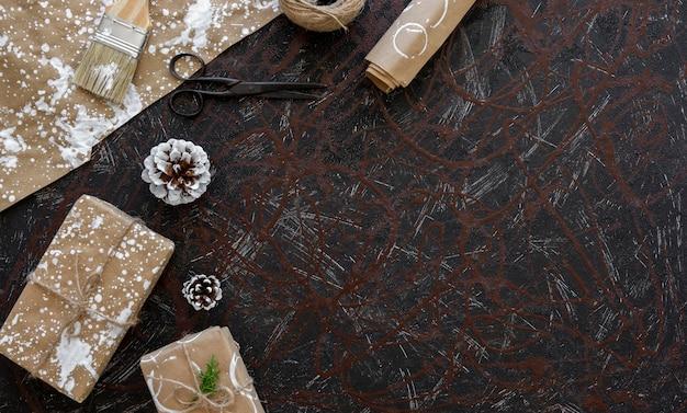 Vista dall'alto del regalo di natale con carta da imballaggio e forbici