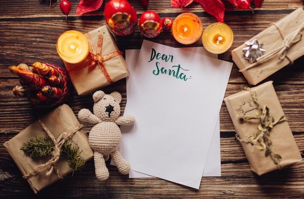 プレゼントに囲まれた上面図のクリスマスの手紙