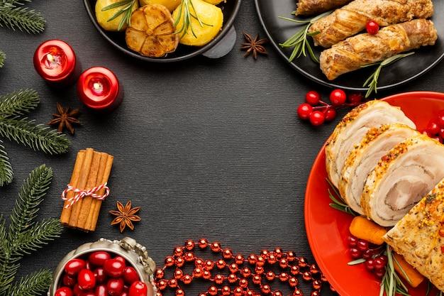 コピースペースと上面図のクリスマスの食事の品揃え