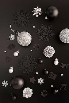 Vista dall'alto di ornamenti natalizi con globi