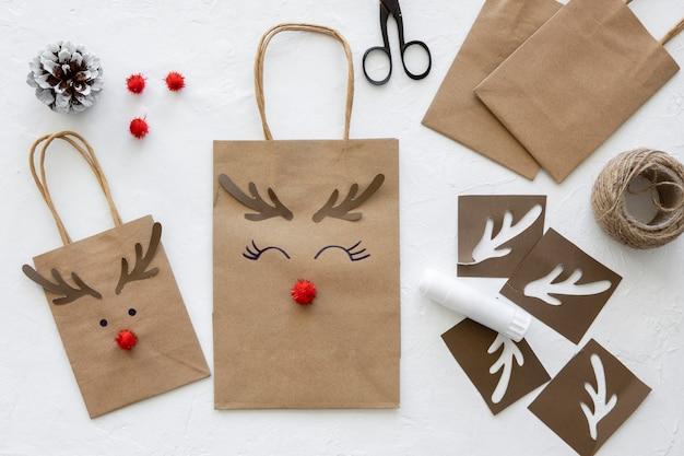 Vista dall'alto di sacchetti di carta natalizi