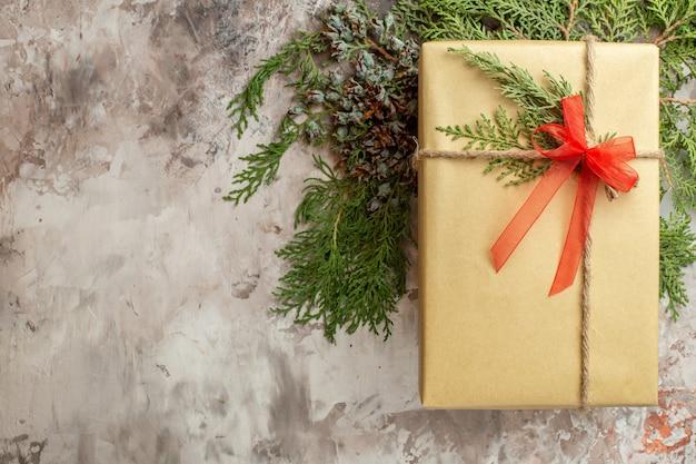 白いホリデーギフトカラー新年クリスマスに緑の枝を持つトップビュークリスマスプレゼント