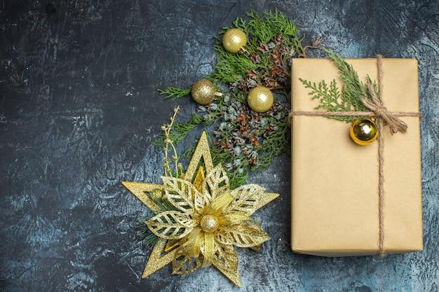 Vista dall'alto regalo di natale con giocattoli su vacanze di capodanno colore regalo di natale chiaro-scuro