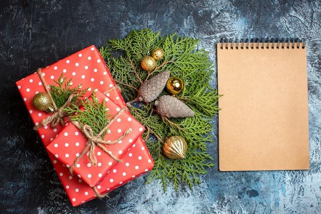 Вид сверху рождественские подарки и пустой блокнот