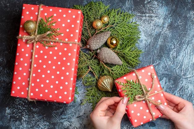 明るい色のテーブルにクリスマスプレゼントの上面図