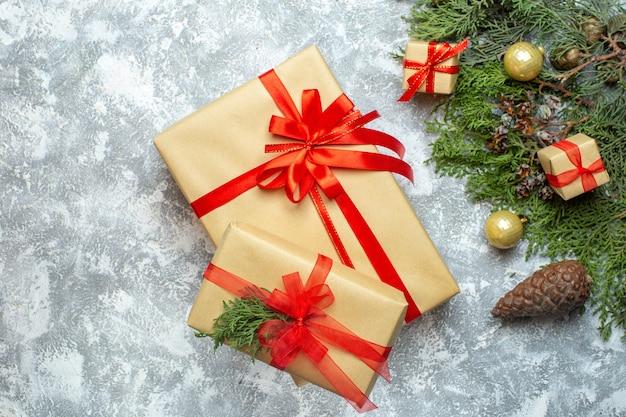 흰색 크리스마스 색상 휴가 사진 선물 새해에 빨간 리본과 나무와 함께 포장 된 상위 뷰 크리스마스 선물