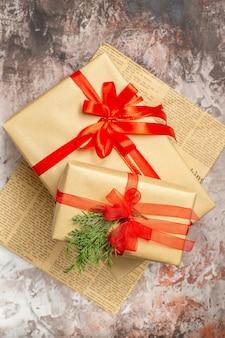 Vista dall'alto regali di natale legati con fiocco rosso su foto di vacanza leggera regalo capodanno colore natale