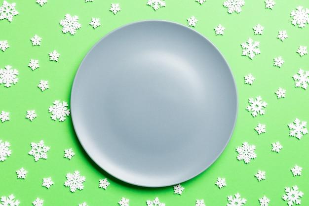 접시와 함께 상위 뷰 크리스마스 테이블