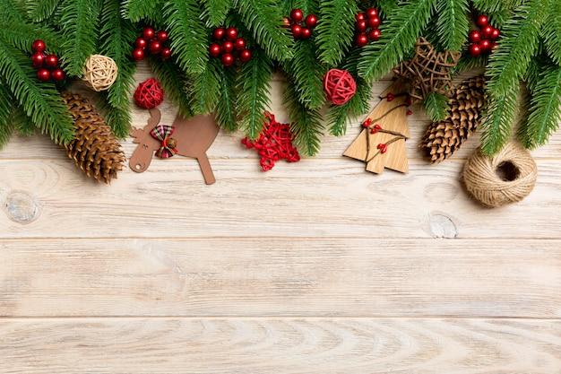 木製のトップビュークリスマスのおもちゃ、装飾、モミの木の枝。休日のコピースペース