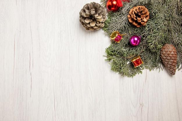 흰색 책상 나무 휴일 장난감 색상에 콘과 함께 상위 뷰 크리스마스 트리
