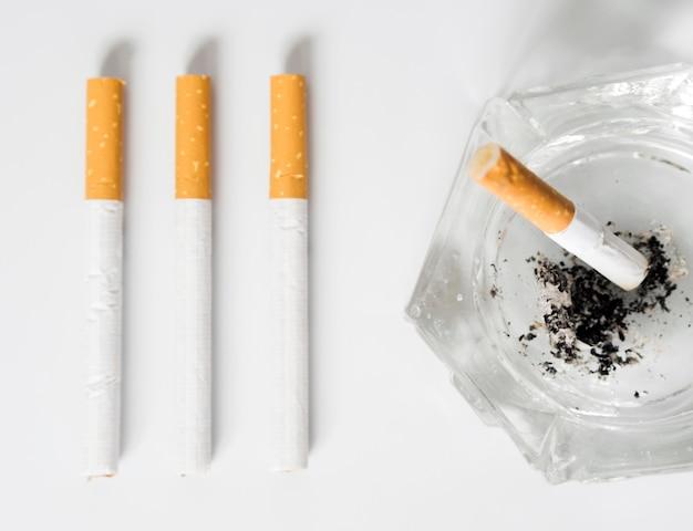 Vista dall'alto del concetto di cattiva abitudine della sigaretta