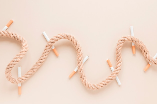 Вид сверху сигарет и веревки
