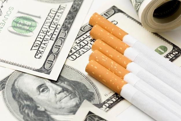 Vista dall'alto di sigarette sulle bollette