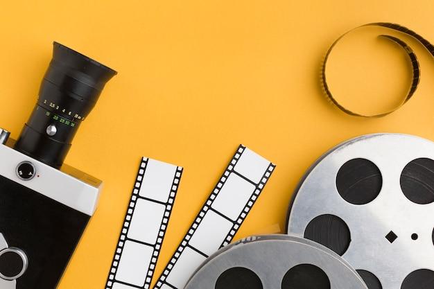 Вид сверху элементы кино на желтом фоне