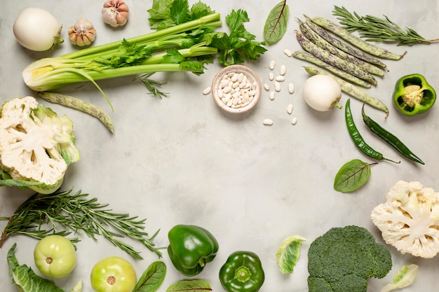 緑の野菜と上面の円形フレーム