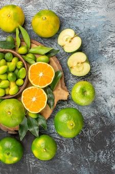 まな板の柑橘系の果物の周りの上面図柑橘系の果物みかん 無料写真