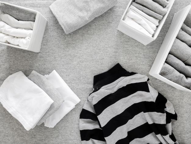 Vista dall'alto classificare i vestiti