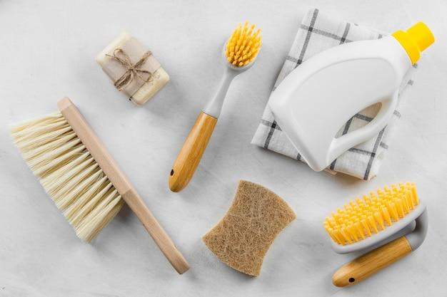 Vista dall'alto di spazzole e prodotti per la pulizia