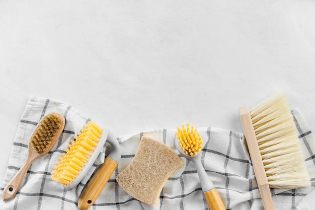 Vista dall'alto di spazzole per la pulizia con un panno e copia spazio