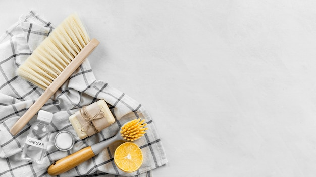 Vista dall'alto di spazzole per la pulizia con sapone e copia spazio