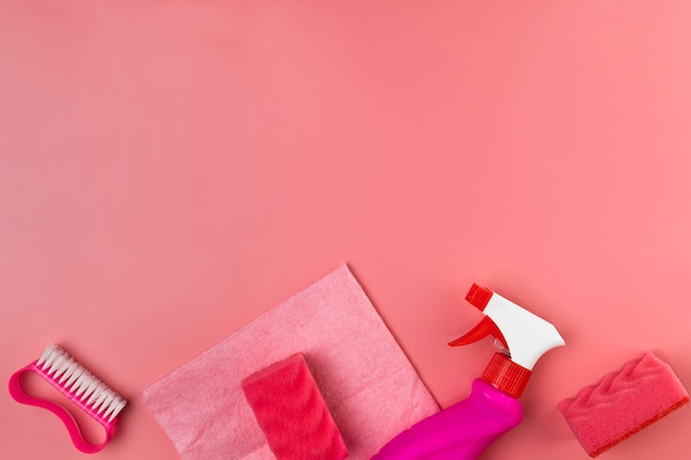 Вид сверху чистящие средства на розовом фоне
