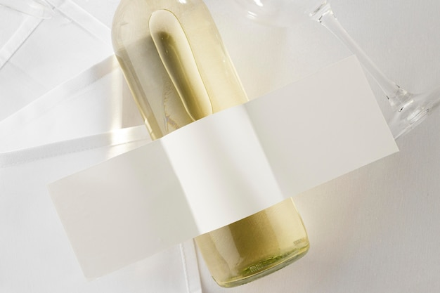 Vista dall'alto della bottiglia di vino trasparente con etichetta vuota e vetro