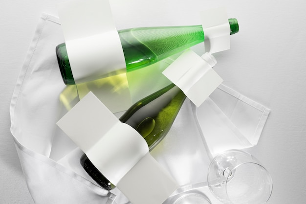 Vista dall'alto di bottiglie di vino trasparenti con etichette vuote