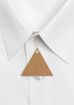 Primo piano di vista superiore della camicia piegata e dell'etichetta riciclabile