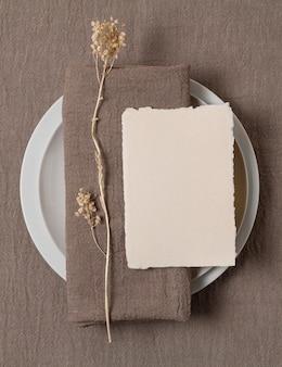 プレート上のトップビューの布と植物