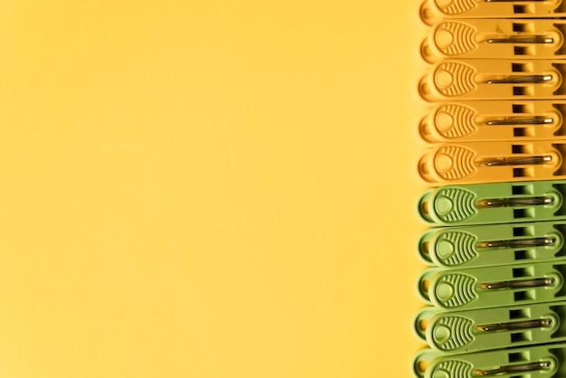 노란색 배경으로 상위 뷰 옷 핀