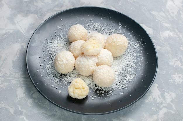Caramelle di cocco vista dall'alto all'interno del piatto sulla luce