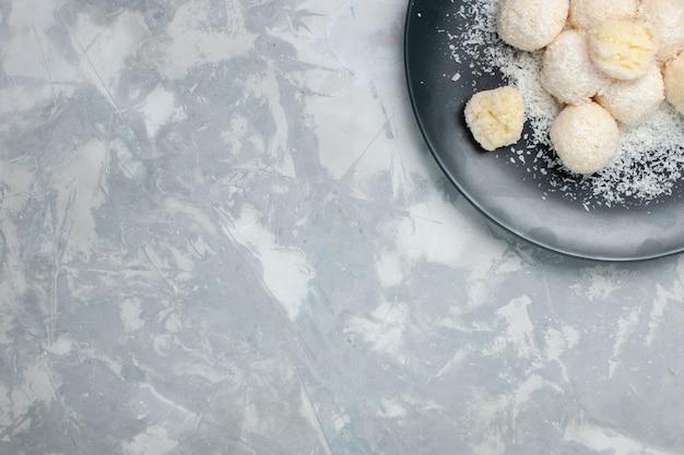 白のプレート内の上面図ココナッツキャンディー