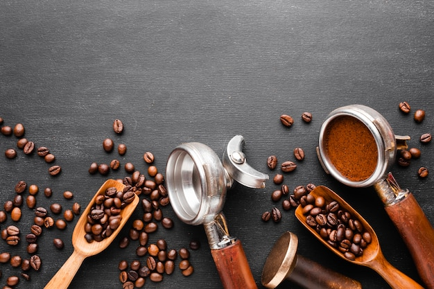 Вид сверху кофейные аксессуары на столе