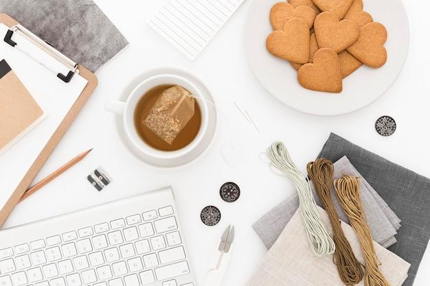 トップビューのコーヒーとクッキー