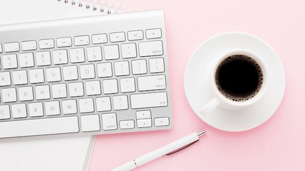 Вид сверху на кофе и клавиатуру в ассортименте