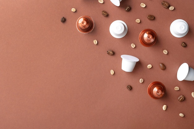 Vista dall'alto chicchi di caffè e capsule di caffè