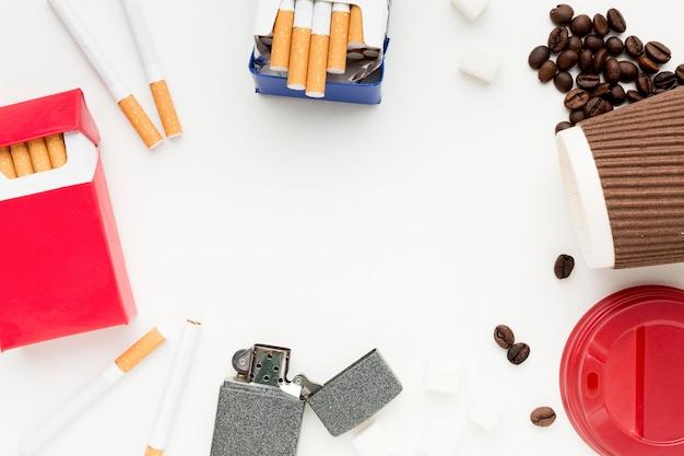 Cornice di caffè e sigarette vista dall'alto