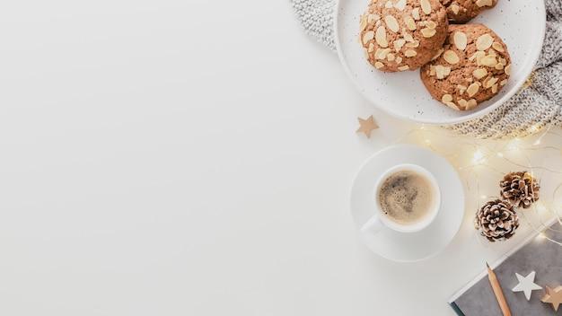 Vista dall'alto tazza di caffè e biscotti con copia-spazio