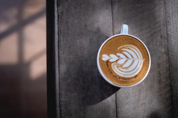 木製のテーブルの上のビューコーヒー
