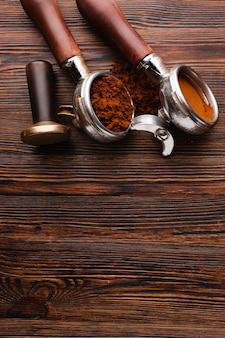 Вид сверху кофейный портафильтр и тампер
