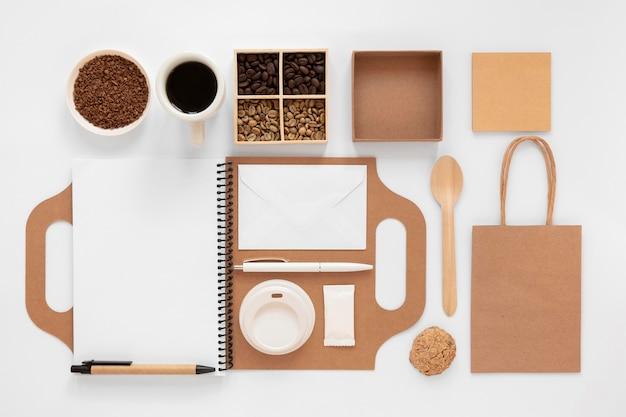 Disposizione del marchio della caffetteria vista dall'alto su priorità bassa bianca