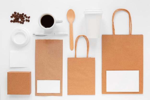 Assortimento di branding della caffetteria vista dall'alto su priorità bassa bianca