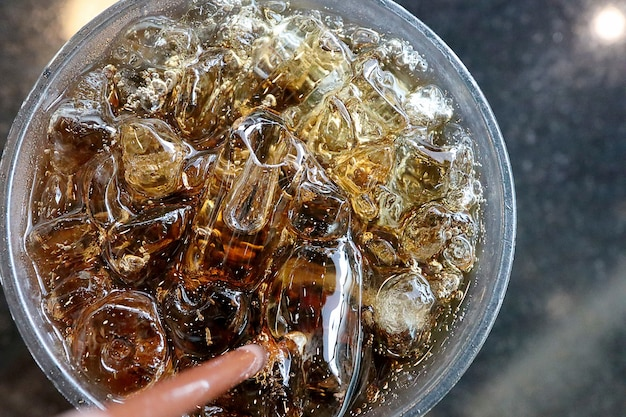 氷とガラスの上面図コーラ。