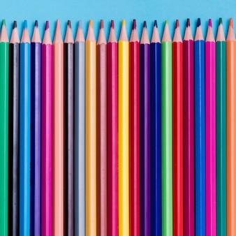机の上のカラフルな鉛筆の平面図コレクション