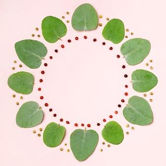 분홍색 배경에 녹색 잎의 상위 뷰 컬렉션