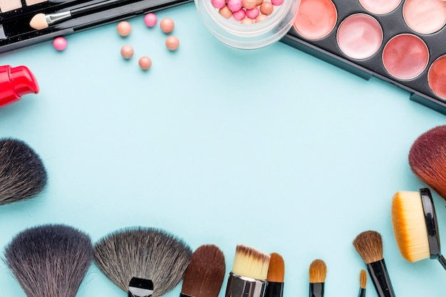 Вид сверху коллекция аксессуаров для макияжа