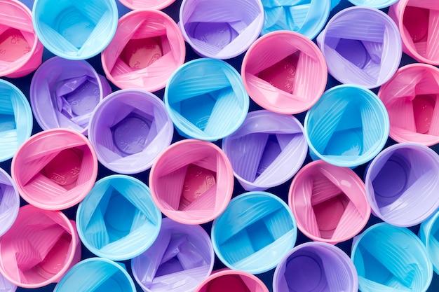 Коллекция пластиковых стаканчиков на столе