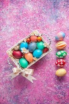 핑크 표면 봄 색상 다채로운 부활절 휴가 개념 화려한 상위 뷰 컬러 부활절 달걀